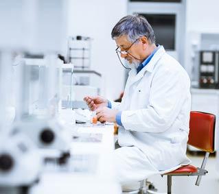 Arzt führt eine Labor-Diagnostik Polymerase-Kettenreaktion zur Diagnose der Gürtelrose durch